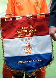 05-06-2010 VOETBAL: NEDERLAND - HONGARIJE: AMSTERDAM<br /> Nederland wint met 6-1 van Hongarije / Vlag vaantje Nederland - Hongarije<br /> ©2010-WWW.FOTOHOOGENDOORN.NL