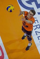 17-04-2016 NED: Play off finale Abiant Lycurgus - Seesing Personeel Orion, Groningen<br /> Abiant Lycurgus is door het oog van de naald gekropen tijdens het eerste finaleduel om het landskampioenschap. De Groningers keken in een volgepakt MartiniPlaza tegen een 0-2 achterstand aan tegen Seesing Personeel Orion, maar mede dankzij invaller Gino Naarden kwam Lycurgus langszij en pakte het de wedstrijd met 3-2 / Rob Jorna #10 of Orion