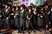 Marche nocturne, av. Du Parc. Des milliers de personnes de la communauté juive ont célébré la fête de Lag Ba'omer, hier soir à Montréal. Un moment rendu plus important encore cette année en raison de la visite du rabbin Yissachar Dov Rokeach, chef spirituel de la communauté Belz.