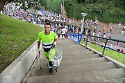Nederland, Nijmegen, 16-7-2014 Medewerkers van reinigingsdienst de DAR ruimt afval op het parcours. Deelnemers aan de 4daagse, vierdaagse, lopen op de tweede dag, de dag van Wijchen, over de voerweg naar de finish op de wedren. Het laatste stuk van het parcours loopt over de Waalkade en door de stad, de Hertogstraat, waar ook de zomerfeesten plaatsvinden. Traditioneel de roze woensdag met als gangmaker entertainer Bennie Solo.The International Four Day Marches Nijmegen is the largest marching event in the world. It is organized every year in Nijmegen mid-July as a means of promoting sport and exercise. Participants walk 30, 40 or 50 kilometers daily, and receive a medal, Vierdaagsekruisje. The maximum paticipants is 45,000 . Foto: Flip Franssen/Hollandse Hoogte