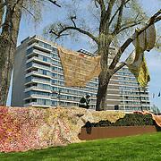 Amsterdam, 06-05-2013. De eerste kunstwerken ARTZUID, de Internationale Sculpture Route van 22 mei t/m 22 september, zijn geplaatst op de Apollolaan te Amsterdam, ter hoogte van het Hilton Hotel. Op de foto: The Pant van de Ghanese kunstenaar El Anatsui voor 'De Denker' van Rodin. Dit kunstwerk maakte deel uit van een eerdere editie van Art Zuid en heeft hier nu een vaste stek.