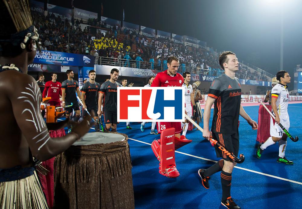 BHUBANESWAR - oa Seve van Ass (Ned), Thomas Briels (Bel), keeper Pirmin Blaak (Ned) betreden het veld   voor de Hockey World League Final wedstrijd Belgie-Nederland (3-0).   COPYRIGHT KOEN SUYK