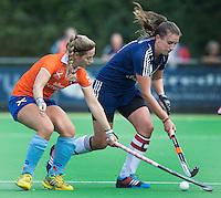 AMSTELVEEN - HOCKEY - Tessa de Haas (r) van Pinoke tijdens de eerste competitiewedstrijd van het nieuwe seizoen tussen de vrouwen van Pinoke en Bloemendaal. COPYRIGHT KOEN SUYK