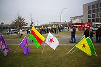 DEU, Deutschland, Germany, Berlin, 15.02.2018: Kurden protestieren gegen den Staatsbesuch des türkischen Ministerpräsidenten Binali Yildirim. Weiße Fahne der Partiya Yekitiya Demokrat (PYD), Partei der Demokratischen Union. Gelbe Fahne der Volksverteidigungseinheiten (Yekineyen Parastina Gel, YPG).