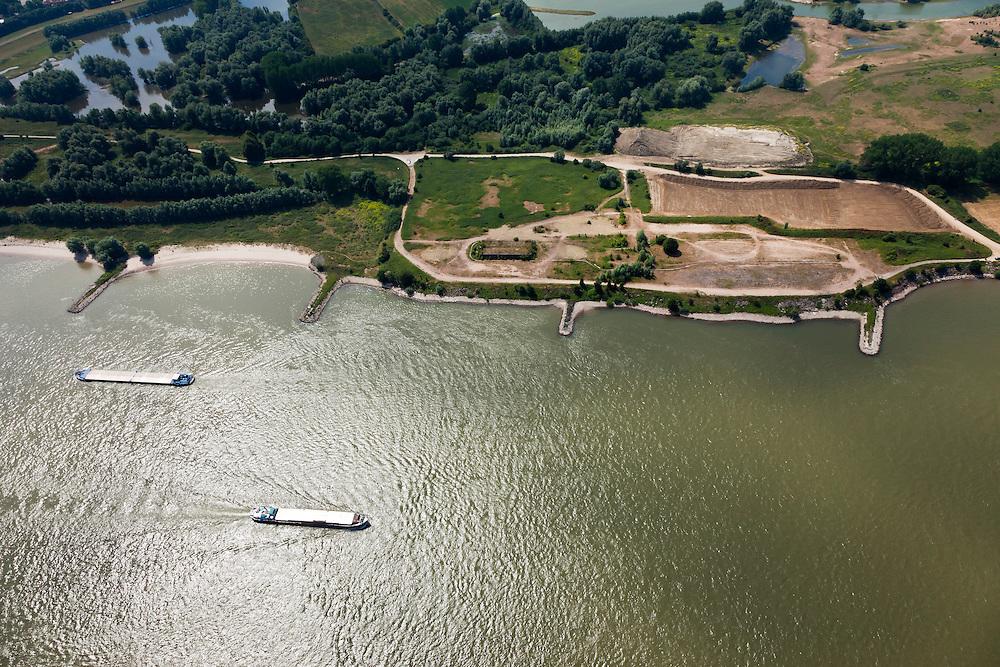Nederland, Gelderland, Gemeente Druten, 08-07-2010; Scheepvaartverkeer op de Waal ter hoogte van de Afferdense en Deestse Waarden. De kribben van de Waal worden, op termijn verlaagd om er voor te zorgen dat het water - bij hoogwater - sneller richting zee afgevoerd wordt. Onderdeel van het programma Waalweelde (Ruimte voor de Rivier)..Floodplains of the Waal. The cribs of the river will be reduced in height to make sure that the water - at high tide - flows toward the sea more quickly. .luchtfoto (toeslag), aerial photo (additional fee required).foto/photo Siebe Swart
