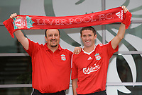 Fotball<br /> England<br /> Foto: Propaganda/Digitalsport<br /> NORWAY ONLY<br /> <br /> LIVERPOOL, ENGLAND - Tuesday, July 29, 2008: Liverpool's new signing Robbie Keane with manager Rafael Benitez at the club's Melwood Training Ground.