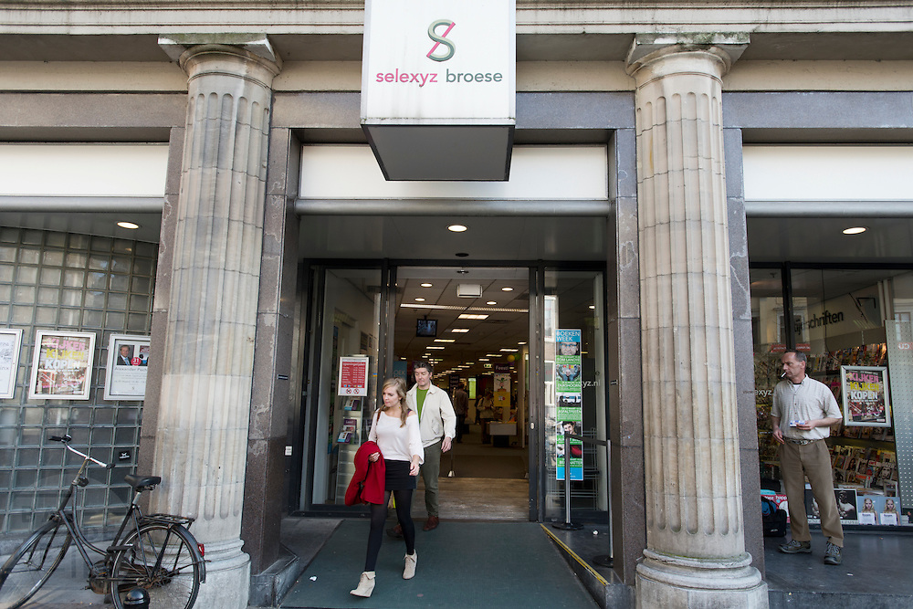 Klanten verlaten Selexyz Broese in Utrecht.<br /> <br /> Clients are leaving bookstore Selexyz Broese.