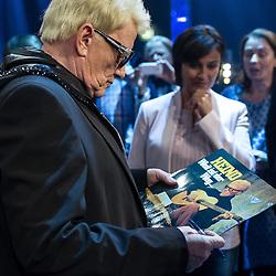"""09.06.2015, WDR Studios, Koeln, GER, TV Show, Ich stelle mich, mit Heino, im Bild Heino (Heinz Georg Kramm) mit seiner Platter """"Weit ist der weg."""" in der Hand // during Germans TV Show """"Ich stelle mich"""" at the WDR Studios in Koeln, Germany on 2015/06/09. EXPA Pictures © 2015, PhotoCredit: EXPA/ Eibner-Pressefoto/ Schüler<br /> <br /> *****ATTENTION - OUT of GER*****"""