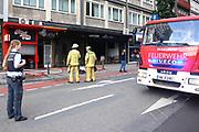 Mannheim. 30.06.17   Brand in der Innenstadt<br /> Innenstadt. N7. Brand in einer Bar.<br /> Zu einem größeren Rückstau von Lieferfahrzeugen in der Kunststraße führt derzeit ein Brand in der Mannheimer Innenstadt. Wegen der Löscharbeiten ist die Kunststraße derzeit noch gesperrt. Die Feuerwehr war am Morgen zu einer Verpuffung in einem Gastronomiebetrieb gerufen worden. Tatsächlich brannte es in der Küche. Das Feuer führte zu einer starken Rauchentwicklung. Zeitweise waren zwei Löschzüge der Berufsfeuerwehr und die Freiwillige Feuerweh Innenstadt im Einsatz. Derzeit werden die Schläuche eingerollt, die Einsatzstelle wohl in kurzer Zeit freigegeben. Bei dem Brand zogen sich drei Personen Rauchgasvergiftungen zu. Sie kamen zur Behandlung ins Krankenhaus.<br /> <br /> <br /> BILD- ID 0409  <br /> Bild: Markus Prosswitz 30JUN17 / masterpress (Bild ist honorarpflichtig - No Model Release!)