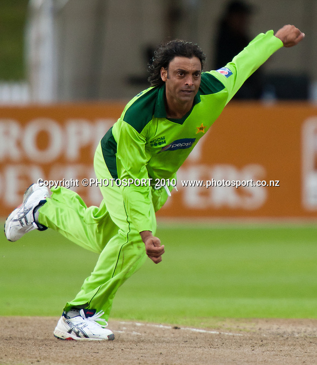 Shoaib Akhtar bowls during New Zealand Black Caps v Pakistan, Match 2. Twenty 20 Cricket match at Seddon Park, Hamilton, New Zealand. Tuesday 28 December 2010. . Photo: Stephen Barker/PHOTOSPORT