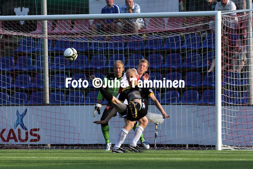 8.7.2012, Saviniemen stadion, Myllykoski, Kouvola..Veikkausliiga 2012..Myllykosken Pallo-47 - Kuopion Palloseura..Ilja Ven?l?inen (KuPS) v Antti Koskinen & Antti Kuismala (MYPA).