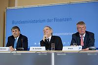 04 MAY 2010, BERLIN/GERMANY:<br /> Josef Ackermann (L), Vorstandsvorsitzender Deutsche Bank AG, Wolfgang Schaeuble (M), CDU, Bundesfinanzminister, und Wolfgang Kirsch (R), Vorstandsvorsitzender DZ Bank AG, Pressekonferenz nach einem Gespraech von Vertretern deutscher Bankinstitute mit Schaeuble zu Stuetzung Griechenlands in der Finanzkrise<br /> IMAGE: 20100504-01-043<br /> KEYWORDS: Wolfgang Schäuble, Staatsbankrott