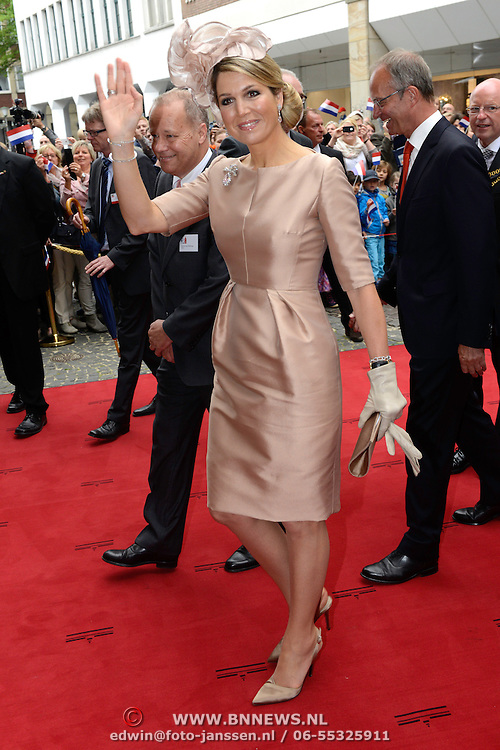 Koning en koningin bezoeken Noordrijn-Westfalen. <br /> Koning Willem Alexander en Koningin Maxima brengen een bezoek aan het Zentrum Niederlande-Studien<br /> <br /> King and Queen visit North Rhine-Westphalia.<br /> King Willem Alexander and Queen Maxima  visit the Zentrum Niederlande-Studien<br /> <br /> Op de foto / On the photo:  <br /> <br />  Koningin Maximar komt aan / Queen Maxima arrives