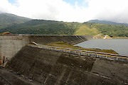 La planta hidroeléctrica Fortuna es una hidroeléctrica con embalse y está ubicada la provincia de Chiriquí fue inaugurada en marzo de 1984, con una capacidad instalada de 300 MW (3 unidades o turbinas Pelton de 100MW cada una) aprovechando las aguas fluyentes del Río Chiriquí desviado por una presa de enrocado con pantalla de hormigón de unos 100 metros de altura.<br /> <br />  Posee un túnel de presión de 6.0 km de longitud, un túnel de descarga con 8.0 km  de longitud y un túnel de acceso a casa de máquinas de 1.6 km de longitud; la casa de máquina es subterránea (430 metros de profundidad). <br /> <br />  El nivel normal de operación es la cota 1050 metros sobre el nivel medio del mar vertiendo las aguas turbinadas a una cota de 242 metros sobre el nivel medio del mar, su caudal turbinado máximo es de 45 m3/s. <br /> <br /> La hidroeléctrica Fortuna es uno de los principales proveedores de la República de Panamá y su actual propietario es ENEL Fortuna<br /> <br /> ©Alejandro Balaguer/Fundación Albatros Media.