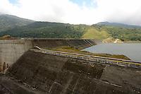 La planta hidroel&eacute;ctrica Fortuna es una hidroel&eacute;ctrica con embalse y est&aacute; ubicada la provincia de Chiriqu&iacute; fue inaugurada en marzo de 1984, con una capacidad instalada de 300 MW (3 unidades o turbinas Pelton de 100MW cada una) aprovechando las aguas fluyentes del R&iacute;o Chiriqu&iacute; desviado por una presa de enrocado con pantalla de hormig&oacute;n de unos 100 metros de altura.<br /> <br />  Posee un t&uacute;nel de presi&oacute;n de 6.0 km de longitud, un t&uacute;nel de descarga con 8.0 km  de longitud y un t&uacute;nel de acceso a casa de m&aacute;quinas de 1.6 km de longitud; la casa de m&aacute;quina es subterr&aacute;nea (430 metros de profundidad). <br /> <br />  El nivel normal de operaci&oacute;n es la cota 1050 metros sobre el nivel medio del mar vertiendo las aguas turbinadas a una cota de 242 metros sobre el nivel medio del mar, su caudal turbinado m&aacute;ximo es de 45 m3/s. <br /> <br /> La hidroel&eacute;ctrica Fortuna es uno de los principales proveedores de la Rep&uacute;blica de Panam&aacute; y su actual propietario es ENEL Fortuna<br /> <br /> &copy;Alejandro Balaguer/Fundaci&oacute;n Albatros Media.