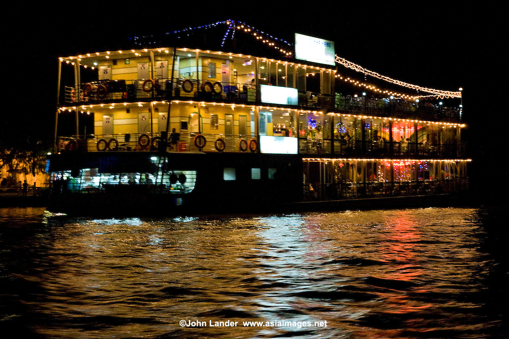 Du Thuyen Floating Restaurant at Can Tho - The Mekong Delta is one of the richest areas of biodiversity in the world with more than 1200 species of fish  identified. Many types of boats can be found here, from tiny ferries to large floating restaurants.