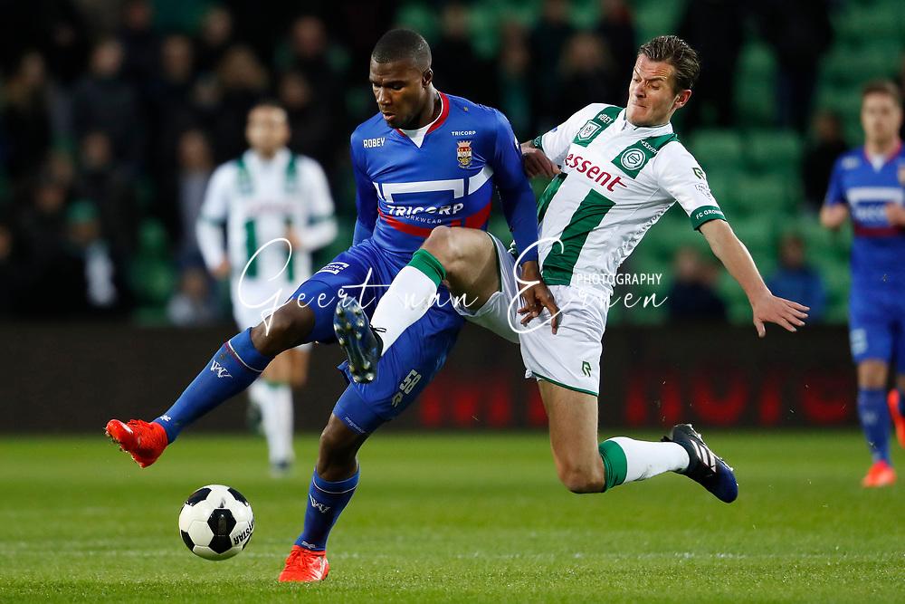 18-03-2017 VOETBAL:FC GRONINGEN - WILLEM II:GRONINGEN<br /> <br /> Obbi Oulare van Willem II in duel met Etienne Reijnen van FC Groningen <br /> <br /> Foto: Geert van Erven