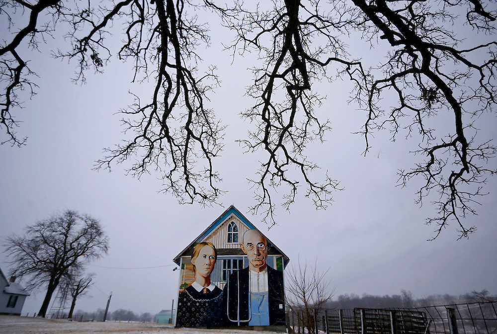 "A barn with the mural of the ""American Gothic"" painting is seen in Mt. Vernon, Iowa, January 25, 2015. Artist Mark Benesh recreated the original which was done by Grant Wood. REUTERS/Jim Young"