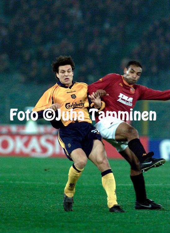 15.2.2001, Stadio Olimpico, Roma, Italia. <br /> UEFA Cup 4th round, 1st leg match, AS Roma v Liverpool FC. <br /> Jari Litmanen (LFC) v Emerson (Roma).