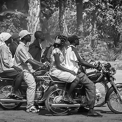 Os cupapatas (moto-taxi, candongueiros-de-mota) de Benguela. Angola 2007