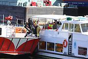 Mannheim. 29.07.17 | &Uuml;bung um M&uuml;hlauhafen<br /> M&uuml;hlauhafen. Rettungs&uuml;bung von Feuerwehr DLRG und ASB. Das Szenario: Ein Fahrgastschiff brennt und die Passagiere m&uuml;ssen gerettet werden. <br /> Auf der MS Oberrhein wird ge&uuml;bt. Dazu ankert das Schiff in der Fahrrinne des M&uuml;hlauhafens. Das Feuerl&ouml;schboot Metropolregion 1 kommt dazu.<br /> <br /> BILD- ID 0928 |<br /> Bild: Markus Prosswitz 29JUL17 / masterpress (Bild ist honorarpflichtig - No Model Release!)