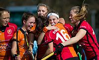 LAREN - Hockey -  Competitie Hoofdklasse Hockey dames : Laren-Oranje Rood (3-1). Yibbi Jansen (Oranje-Rood) heeft 0-1 gescoord.  en ze viert het met Marlena Rybacha (Oranje-Rood) COPYRIGHT KOEN SUYK