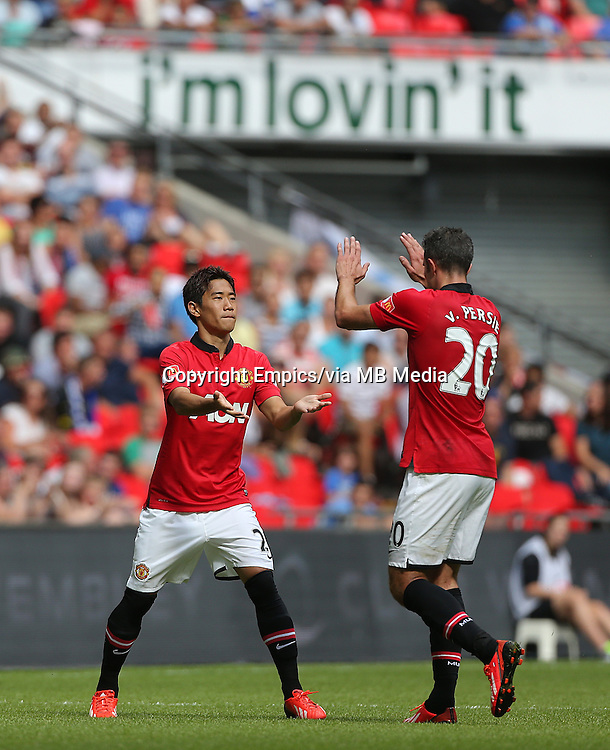 Manchester United's Shinji Kagawa (left) comes on the pitch to replace Robin Van Persie