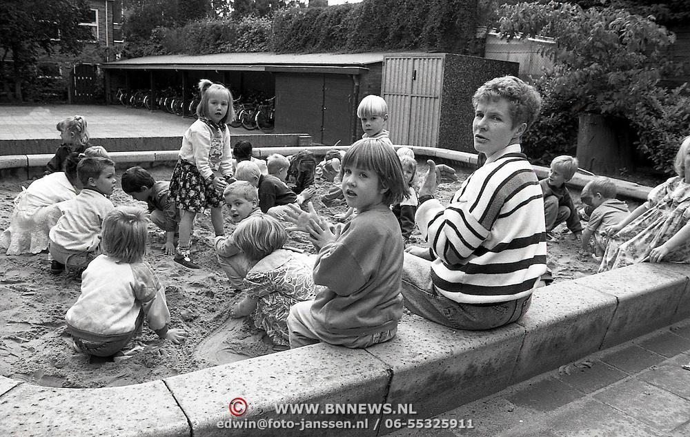 NLD/Huizen/19910618 - Lerares Mw.Schaap - Bout neemt afscheid van de Beatrixschool Huizen