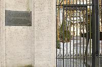 15 JAN 2002, BERLIN/GERMANY:<br /> Schild am Tor zur Gedenk- und Bildungsstaette Haus der Wannsee-Konferenz, Am Grossen Wannsee 56-58, 14109 Berlin<br /> IMAGE: 20020115-01-033<br /> KEYWORDS: Eingang