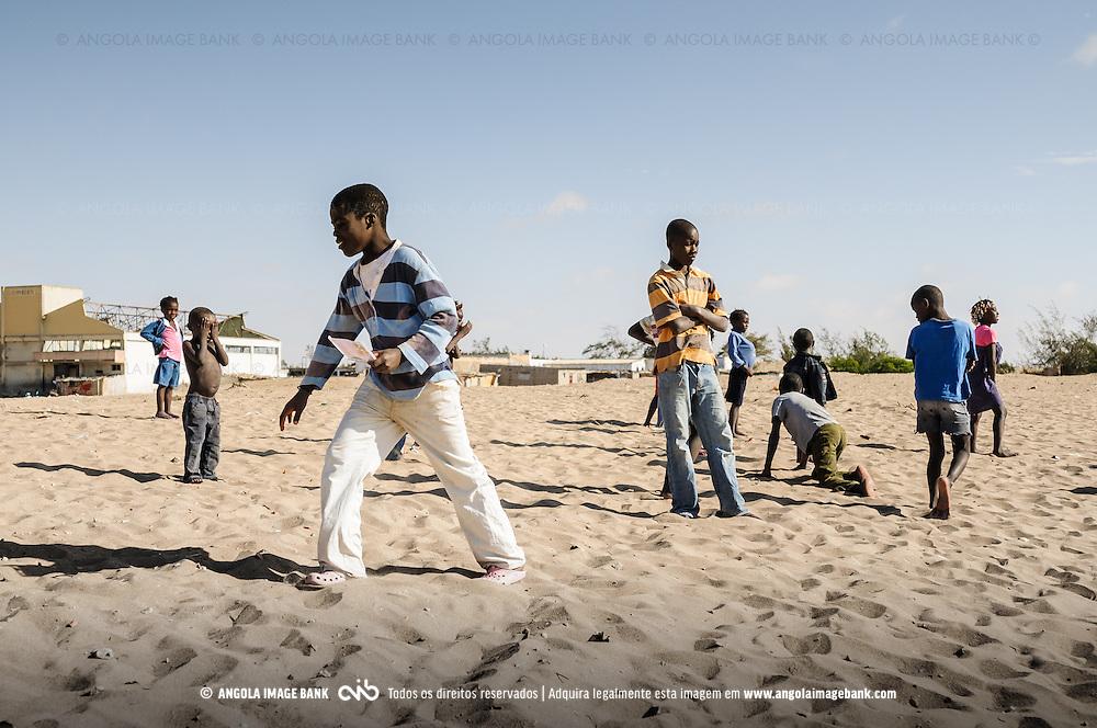 Crianças a brincarem na praia no Porto Alexandre (Tómbua). Província do Namibe, Angola