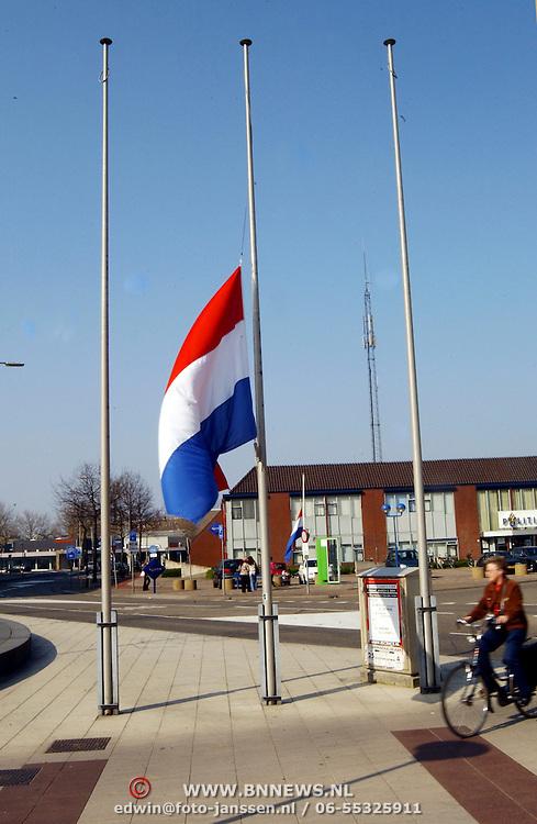 Vlag halfstok voor het gemeentehuis op dag van de begrafenis van prinses Juliana