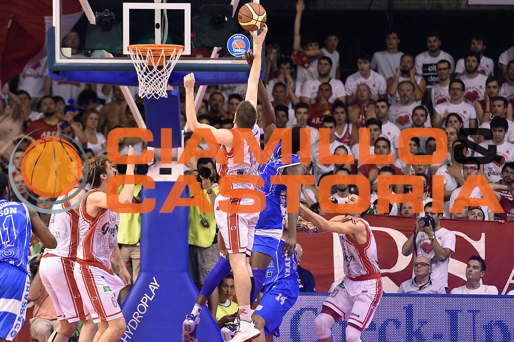 DESCRIZIONE : Reggio Emilia Lega A 2014-15 Grissin Bon Reggio Emilia - Banco di Sardegna Dinamo Sassari playoff Finale gara 5 <br /> GIOCATORE : Ojars Silins Shane Lawal<br /> CATEGORIA : rimbalzo<br /> SQUADRA : Banco di Sardegna Sassari Grissin Bon Reggio Emilia<br /> EVENTO : LegaBasket Serie A Beko 2014/2015<br /> GARA : Grissin Bon Reggio Emilia - Banco di Sardegna Dinamo Sassari playoff Finale  gara 5<br /> DATA : 22/06/2015 <br /> SPORT : Pallacanestro <br /> AUTORE : Agenzia Ciamillo-Castoria/GiulioCiamillo<br /> Galleria : Lega Basket A 2014-2015 Fotonotizia : Reggio Emilia Lega A 2014-15 Grissin Bon Reggio Emilia - Banco di Sardegna Dinamo Sassari playoff Finale  gara 5<br /> Predefinita :