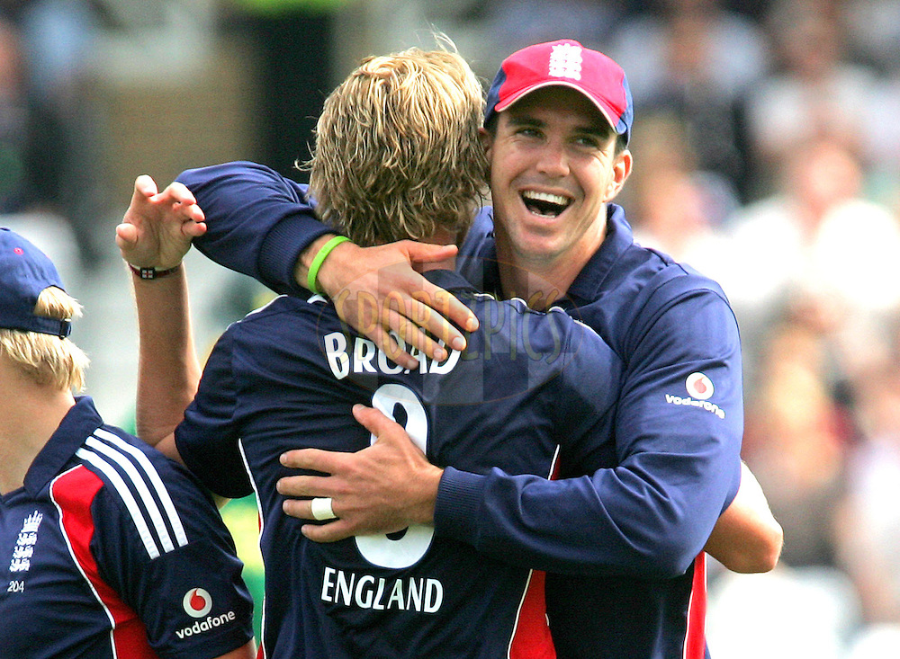 Photo © ANDREW FOSKER / SPORTZPICS 2008 - Kevin Pietersen (L) is delighted as he embraces Stuart Broad who's celebrating his third wicket - Jacques Kallis for 6 caught by Owais Shah - England v South Africa  - England v South Africa - 26/08/08 - 2nd ODI - Trent Bridge - All rights reserved