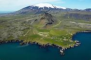 Arnarstapi, Stapafell og Snæfellsjökull, Snæfellsbær áður Breiðuvíkurhreppur séð til norðurs / Arnarstapi, mountv Stapafell and Snaefellsjokull glacier viewing from south. Snaefellsbaer former Breiduvikurhreppur.