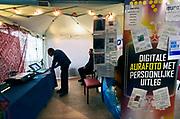 Nederland, Nijmegen, 10-3-2018Paranormaalbeurs in de Goffert. Aurafoto met uitleg.Foto: Flip Franssen