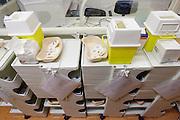 De intensive care van het calamiteitenhospitaal. Bij het calamiteitenhospitaal in Utrecht worden slachtoffers van grote rampen als eerste behandeld. Afhankelijk van de ernst van de verwonding, wordt het slachtoffer ingedeeld in rood, geel of groen. Het hospitaal is uniek in Europa en is gevestigd in de voormalige atoombunker onder het UMC Utrecht.<br /> <br /> The intensive care department of the trauma and emergency hospital.  At the basement of the UMC Utrecht a special hospital for emergency and major incidents is based. Patients are being labelled by number and depending on the injuries they will be transported to the zone red, yellow or green.
