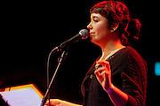 De uiteindelijke winnares Kira Wuck (1978) draagt een gedicht op. In Utrecht vindt het tiende Nationaal Kampioenschap Poetry Slam plaats. Negen dichters dragen eigen werk voor en door middel van een applausmeting en een jury wordt bepaald wie naar de finale gaat. Tijdens de finalebattle, waarbij de twee finalisten gedichten tegen elkaar voordragen, bepaalt het publiek wie de uiteindelijke winnaar wordt.<br /> <br /> Winner Kira Wuck (1978) is reciting her poems. In Utrecht the tenth Dutch Championship Poetry Slam is taking place. Nine poets recite their own works, and through an applause measurement and a jury is determined who goes to the finals. During the final battle, the two finalists recite poems against each other, the audience determines who the winner is.