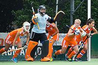 EINDHOVEN - Uitlopen bij een strafcorner met keeper Anne Veenendaal, zaterdag bij de oefenwedstrijd tussen het Nederlands team van Jong Oranje Dames en dat van de Vernigde Staten. Volgende week gaat het WK-21 in Duitsland van start. FOTO KOEN SUYK