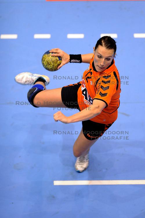 18-10-2009 HANDBAL: NEDERLAND - MACEDONIE: ROTTERDAM<br /> Nederland speelt met 20-20 gelijk tegen Macedonie / Diane Lamein <br /> &copy;2009-WWW.FOTOHOOGENDOORN.NL