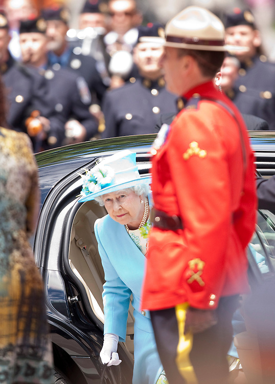 Queen Elizabeth arrives at the Canadian Museum of Nature in Ottawa, Canada, June 30, 2010. The Queen is on a 9 day visit to Canada. <br /> AFP/GEOFF ROBINS/STR