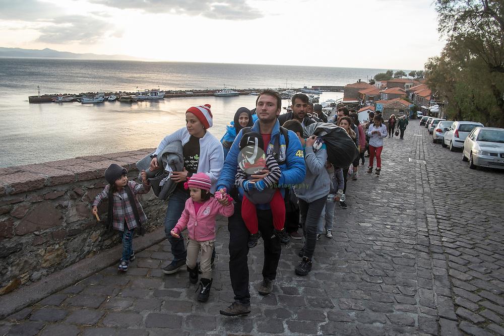 GRIECHENLAND, Lesbos, Mithymna/Molivos, 28.10.2015 / Fluechtlinge in Mithymna: In der Nacht zuvor kam es zu einem schweren Bootsunglueck vor der Kueste. Rettungskräfte konnten mindestens 242 Menschen retten, waehrend elf Menschen nur noch tot gebogen werden konnten. Die Kuestenwache geht davon aus, dass die Zahl der Toten noch deutlich steigen wird. Diese Gruppe Refugees ist auf dem Weg zum einem Erstaufnahmelager.