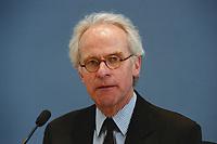 """25 MAY 2000, BERLIN/GERMANY:<br /> Volker Hassemer, Vorsitzender d. Geschäftsleitung Partner für Berlin, während einer Pressekonferenz zum Thema """"Schaustelle Berlin 2000"""", Bundespressekonferenz<br /> IMAGE: 20000525-01/01-28"""