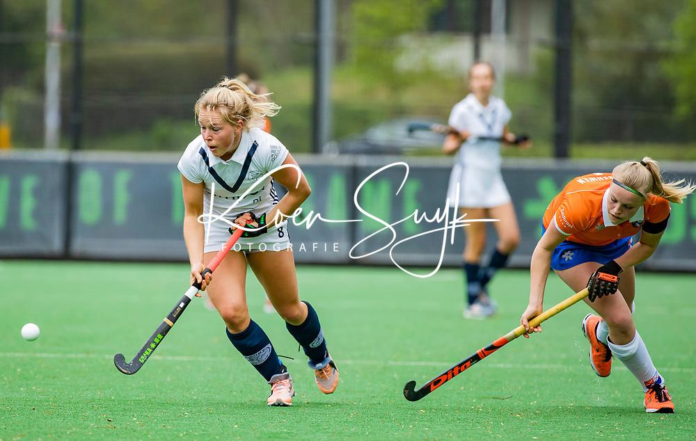 BLOEMENDAAL -Pamela Raaff (Pin)  met Kim van Leeuwen (Bldaal)   , Libera hoofdklasse hockey Bloemendaal-Pinoke (0-0). COPYRIGHT KOEN SUYK