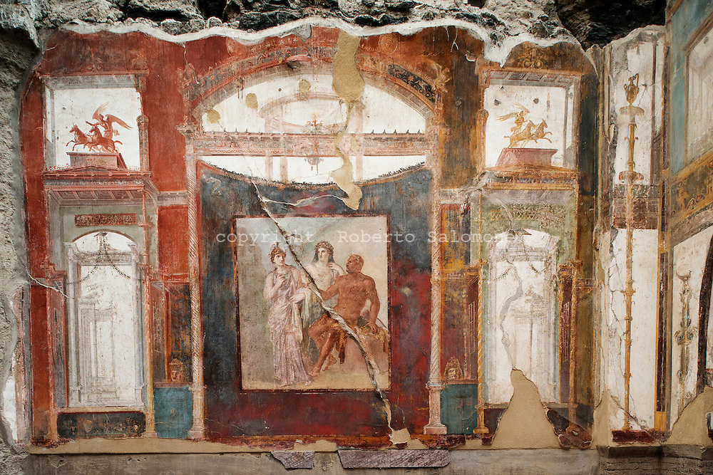 Ercolano, Italia - 23 novembre 2012. Un affresco all'interno di una domus degli scavi archeologici di Ercolano (Herculaneum). Il sito archologico di epoca romana, patrimonio dell'Unesco, distante solo pochi km da Pompei, ha riportato alla luce tesori antichi di inestimabile valore. A differenza di Pompei, ad Ercolano sono stati ritrovati reperti organici ed in legno che hanno permesso agli archeologi di studiare in modo più approfondito le abitudini dell'epoca. Ph. Roberto Salomone Ag. Controluce.ITALY - A fresco the archeological site of Herculaneum on November 23, 2012. The world heritage site of roman age, just a few miles away from Pompeii has brought to life treasures that made it possible for archeologists to study in a more detailed way the lifestyle of ancient romans.