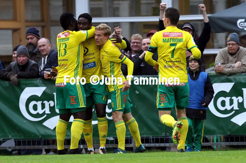 30.9.2017, Tammelan jalkapallostadion, Tampere<br /> Veikkausliiga 2017.<br /> Ilves - FC Lahti.<br /> Ariel &quot;Tuco&quot; Ngueukam (Ilves) juhlii 1-0 maalia. Kaulailemassa Baba Mensah &amp; Iiro J&auml;rvinen.