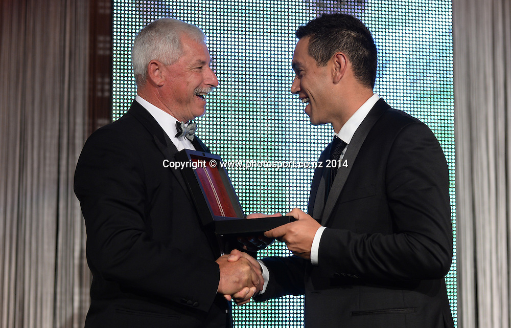Sir Richard Hadlee presents the Sir Richard Hadlee medal (player of the year) to Ross Taylor at the 2013/14 New Zealand Cricket Annual Awards dinner at the Langham Hotel in Auckland, New Zealand. Photo: Andrew Cornaga/www.Photosport.co.nz