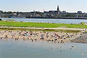 Nederland, nijmegen, 15-9-2016 Mensen trekken massaal naar de oevers van de waal en de nieuwe spiegelwaal in het rivierpark aan de overkant van Nijmegen . Het nieuwe recreatiegebied beleeft haar eerste zomer en blijkt een aanwinst voor de stad en omgeving. Springen vanaf een hoge brugpijler in het water . Foto: Flip Franssen