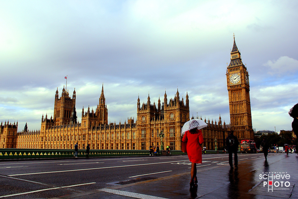 A view of the Houses of Parliament and Big Ben from the Westminster Bridge.