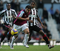 Photo: Lee Earle.<br /> West Ham United v Sheffield United. The Barclays Premiership. 25/11/2006. West Ham's Carlos Tevez (L) battles with Mikele Leigertwood.