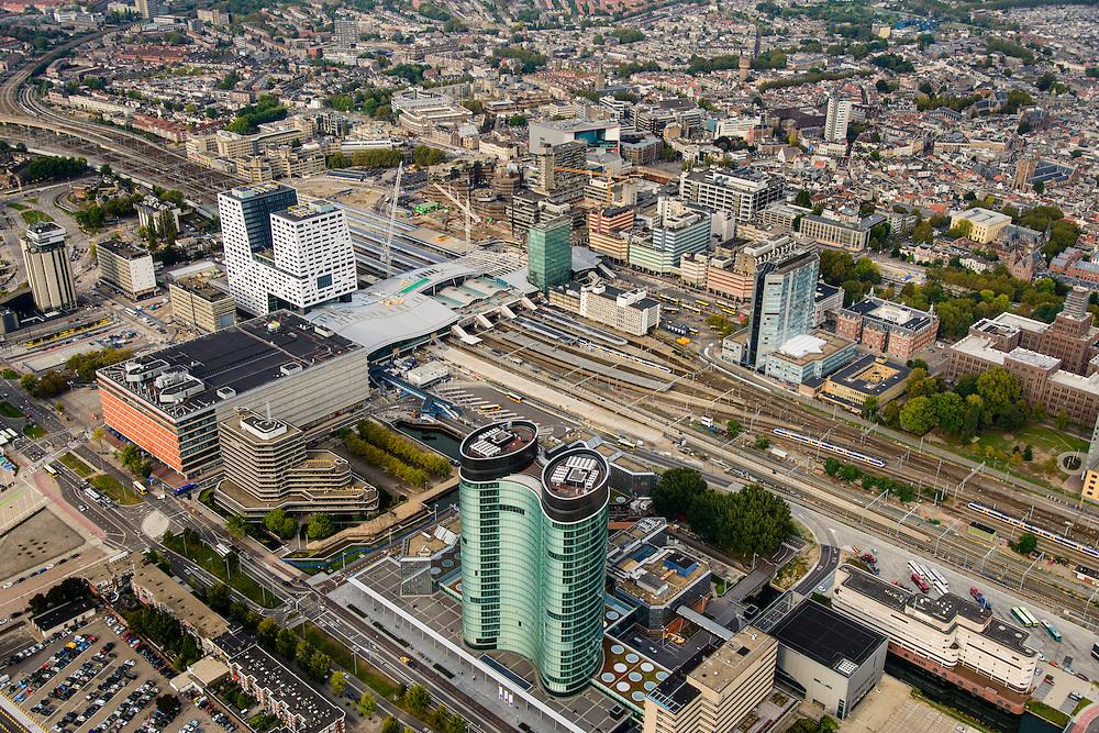 Nederland, Utrecht, Utrecht, 28-09-2014; Ontwikkeling van het Stationsgebied Utrecht - CU2030.  In de voorgrond hoofdkantoor van de RABO-bank, de dubbele toren van groen glas, de Rabotoren (architect: Rob Ligtvoet van Kraaijvanger Urbis), bijnaam de verrekijker. Naast de nieuwe overkapping het stadskantoor, rechts Hoog Catherijne en Catherijensingel.<br /> Developement of the new Station Area Utrecht. Headquarters of the Rabobank, the double tower of green glass, the Rabotoren (architect: Rob Ligtvoet of Kraaijvanger Urbis), nicknamed the binoculars. View on central station, shopping center Hoog Catharijne. <br /> luchtfoto (toeslag op standard tarieven);<br /> aerial photo (additional fee required);<br /> copyright foto/photo Siebe Swart